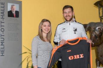 Trikot-Spende von OBI-Markt aus Pegnitz. Überreicht wurden die neuen Trikots durch die stellvertretende Marktleiterin Carmen Pöhner, welche durch den Kapitän Patrick Becker dankend entgegen genommen wurden.